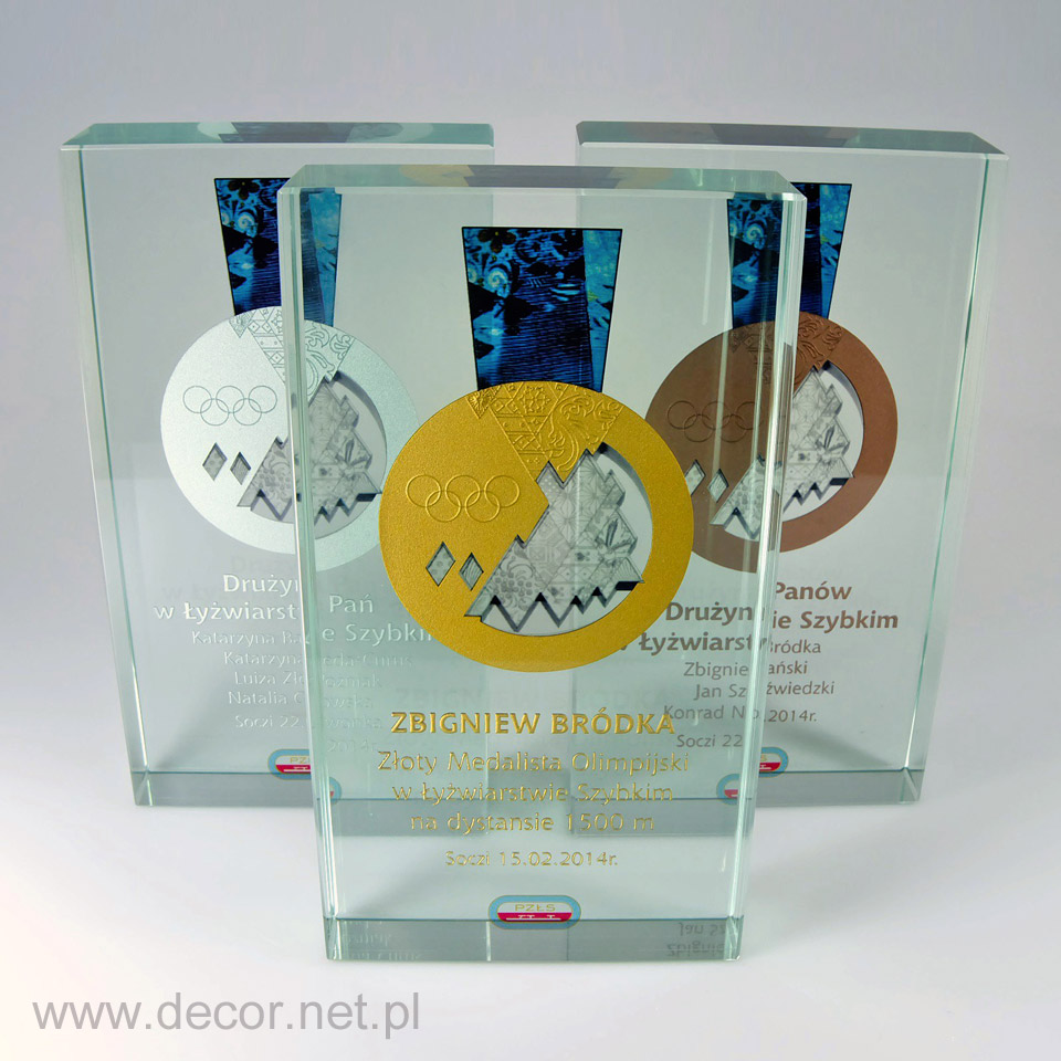 Statuetka szklana na zimową olimpiadę sportową, grawerowan i malowana
